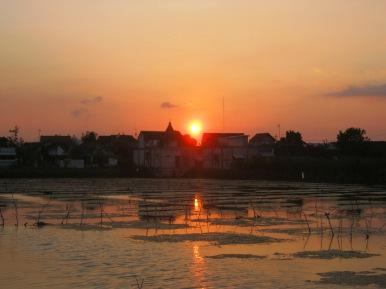 Menangkap 'sunset' di tambak