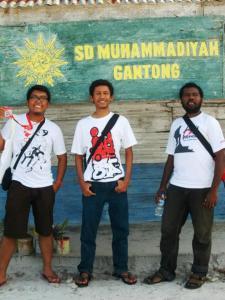 Di depan Replika SD Muhammadiyah Gantong, Belitong