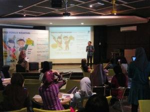 Iwan Setyawan 'menhipnotis' peserta dengan motivasi menulis