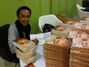 Iwan Setyawan sedang book signing Novel Ibuk (Dok. Pribadi)