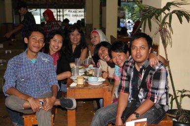 Makan siang nan telat di Bancakan seusai talkshow (Foto: @sarimusdar)