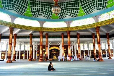 Interior masjid yang khas Melayu
