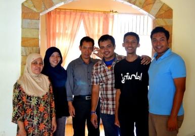 Foto keluarga: Bu Timang, Intan, Pak Jefri, Firman, Saya, dan Nino