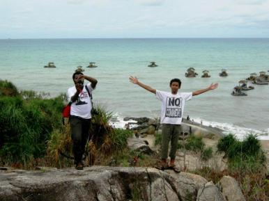Bersama Bang Abner Krey di Pantai Tikus, Bangka, dengan latar perahu-perahu penambang timah.