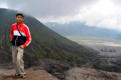 Tuan saya di Puncak Bromo dengan latar Gunung Batok