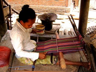 Seorang perempuan Sade sedang asyik menenun kain