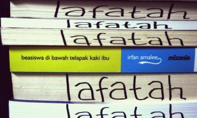 Beasiswa di Bawah Telapak Kaki Ibu by Irfan Amalee di antara tumpukan buku lainnya