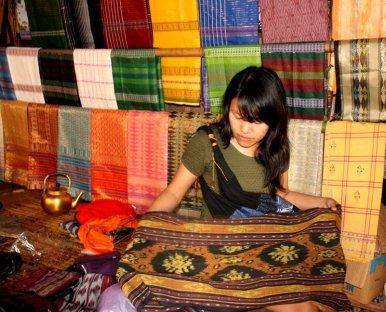Mbak Ikhdah sedang memerhatikan detail kain tenun ikat Sade