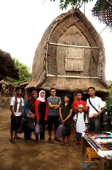 Berpose dulu dengan latar lumbung padi yang jadi simbol khas Suku Sasak