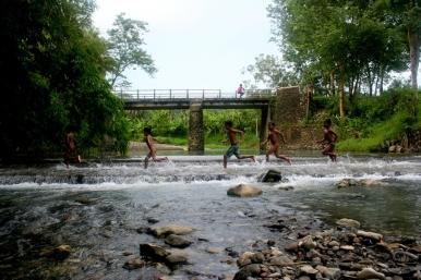 Anak-anak Kajoran berlarian di sungai