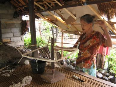 Nenek Pemintal Benang di Desa Bayan