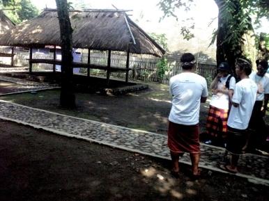 Kelompok saya memasuki area rumah adat Bayan Timur