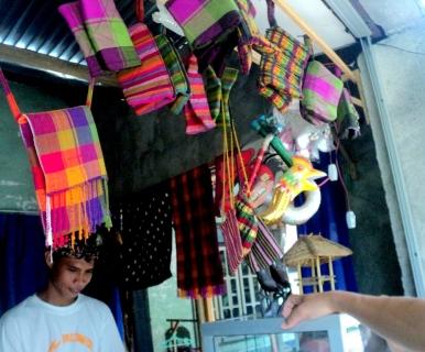 Beberapa jenis suvenir yang dijual di toko kecil seberang jalan Masjid Kuno Bayan Beleq