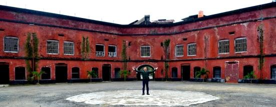 Di tengah-tengah benteng