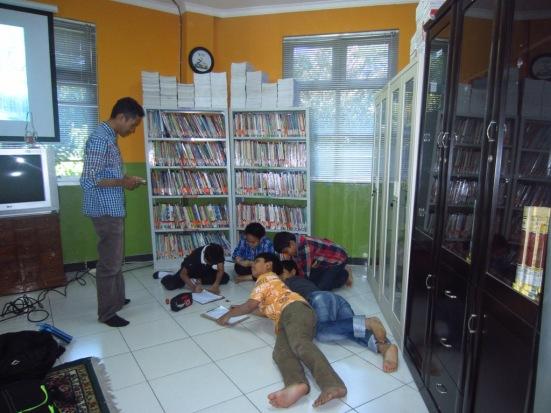Siswa-siswi SD Al-Falah Surabaya yang tergabung dalam ekstrakurikuler jurnalistik sedang belajar menuangkan gagasan mereka di ruang perpustakaan.