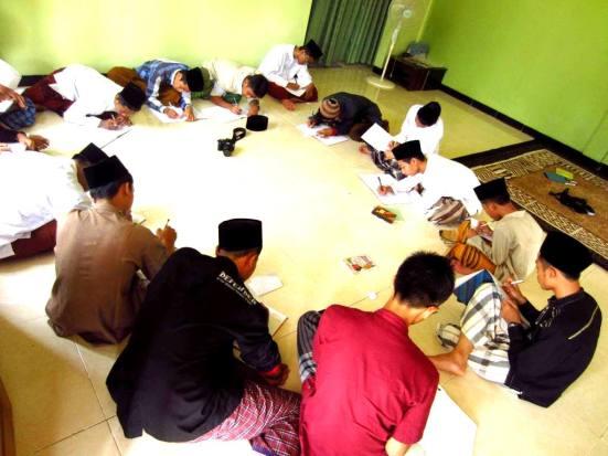 Tiap Jumat pagi, saya bersama para santri Ponpes Darul 'Ulum belajar menulis. Belajar dari IWEC, saya coba kembangkan sendiri metode dan materi yang diajarkan. Detailnya, akan saya ceritakan pada postingan berikutnya.